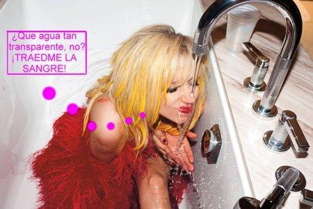 Lady Gaga hace méritos para ser ahijada de Satán... ¿En los baños de un hotel?