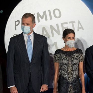 Doña Letizia vuelve a apostar por un vestido de Felipe Varela en Premio Planeta
