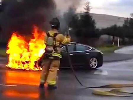 Cómo se apaga el fuego de un coche eléctrico incendiado