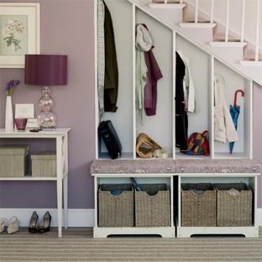 Un pequeño vestidor bajo la escalera