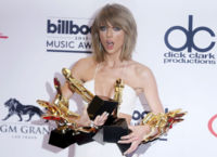 El mono más sexy es blanco y lo lleva Taylor Swift en los Billboard 2015