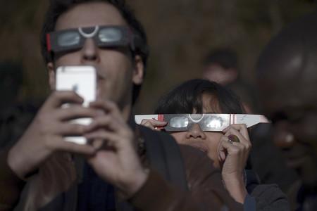 Cómo seguir y fotografiar con el móvil el eclipse solar