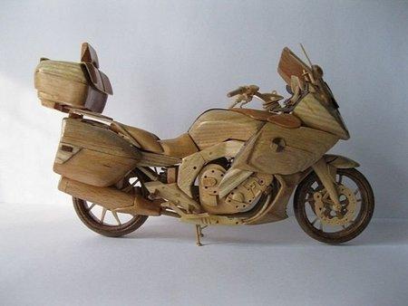 Si no puedes comprarte la nueva BMW K 1600 GT... hazte una de madera