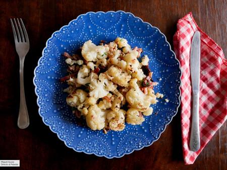 Coliflor al horno con olivas, queso parmesano y beicon