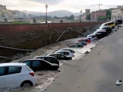 Un gran boquete se traga veinte coches en Florencia