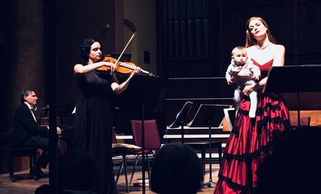 El vídeo de un bebé que acompañó a su madre violista en el escenario durante un recital de música clásica