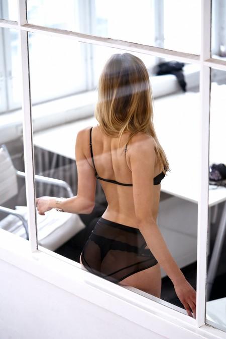Chica en ropa interior a través de una ventana