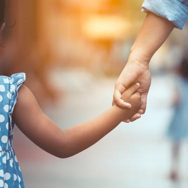 Las familias monoparentales de Madrid tendrán su propio carné en enero de 2021 y podrán acceder a ayudas especiales