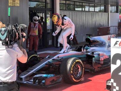 Lewis Hamilton le quita la victoria a Sebastian Vettel en un disputado GP de España de F1