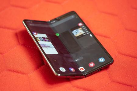 Samsung Galaxy Fold Semiabierto 02