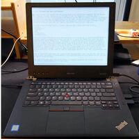 No existen portátiles con pantalla principal de tinta electrónica, así que hay quien se lo monta por su cuenta