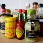 Qué salsas debes conservar en la nevera una vez abiertas (y cuáles están bien en la alacena)