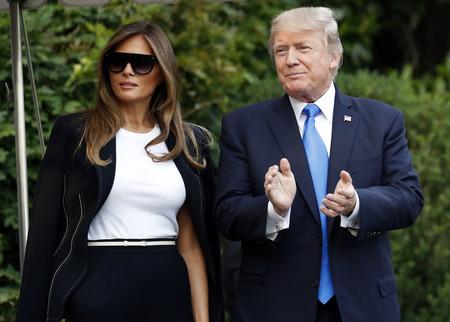 El traje pantalón se combina con camiseta blanca. Lo dice Melania Trump