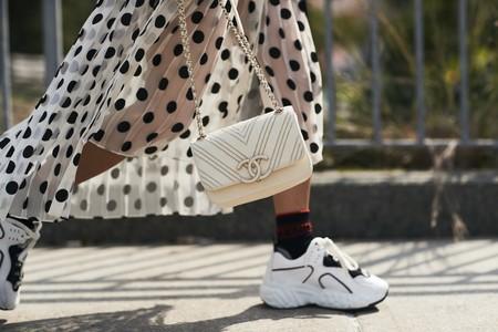 La combinación más cómoda del verano: el streetstyle luce así vestidos estampados con sneakers