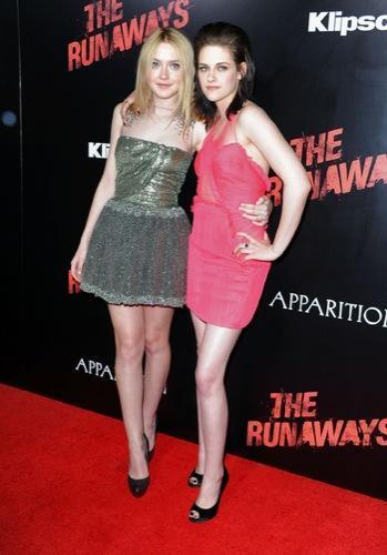 Kristen Stewart y Dakota Fanning en la premiere de The Runaways