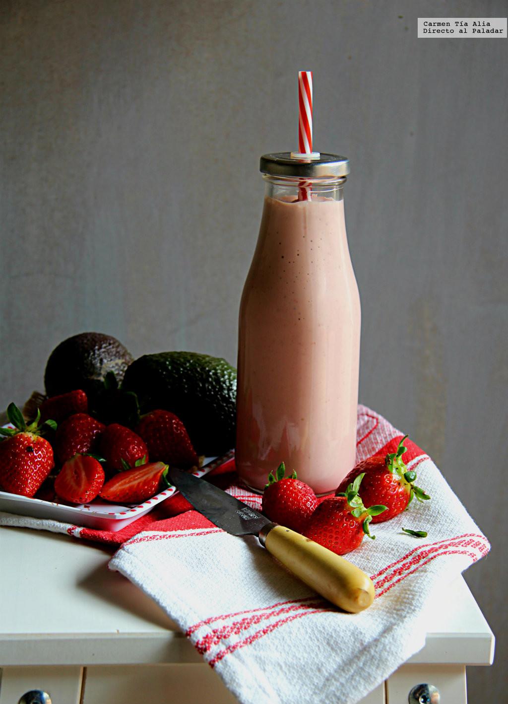 Smoothie de fresa, aguacate y queso. Receta saludable y nutritiva