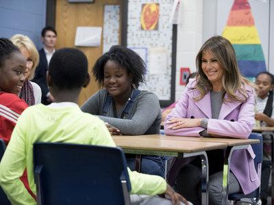Melania Trump apuesta (de nuevo) por el color rosa millennial y lo combina con el gris. ¿Nueva pareja a la vista?