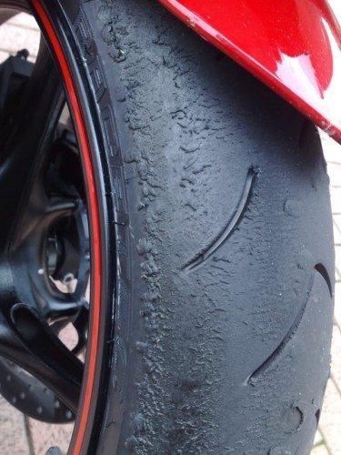 neumático azulado
