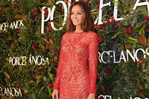 Isabel Preysler aparece al más puro estilo Mamá Noel, con un vestido rojo y cuajado de lentejuelas