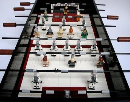 Stars Wars en el terreno de juego del futbolín de Lego