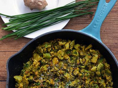 Sartén de brócoli con especias y coco. Receta de inspiración india ligera y vegana