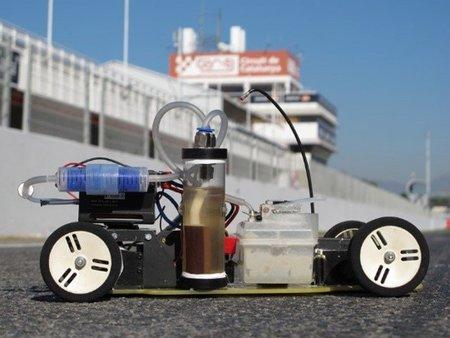 El primer coche teledirigido que funciona con anillas de latas de refresco