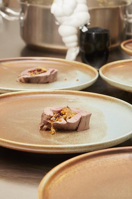 rosbif de solomillo, relleno de una farsa de puerro, zanahoria y cebolla, con brandy y Oporto