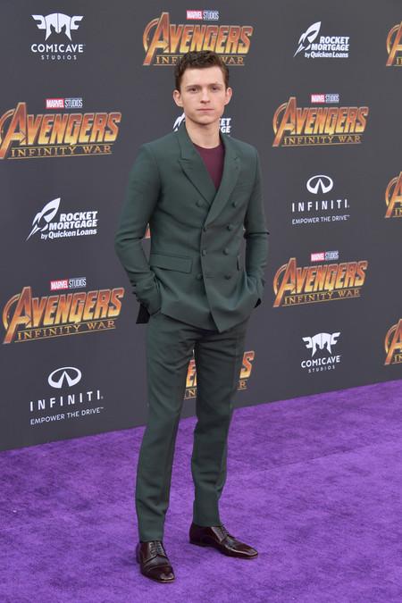 Tom Holland Combina El Tailoring A La Medida Con Una Camiseta Para La Premiere De Avengers 2