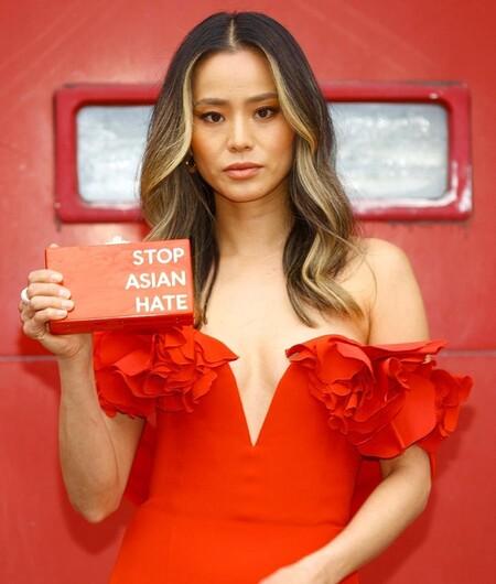 alfombra roja sag awards 2021 jamie chung clutch asian hate