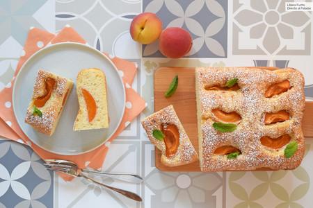 Pastel de albaricoque (o melocotón) y yogur: receta rumana para un postre o desayuno de verano