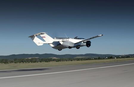 El coche volador AirCar ya vuela entre ciudades: llega y sale del aeropuerto como un coche cualquiera