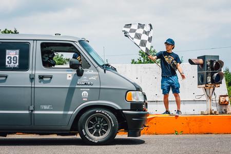 Dajiban: el loco amor de los japoneses por modificar y competir en las vans de Dodge