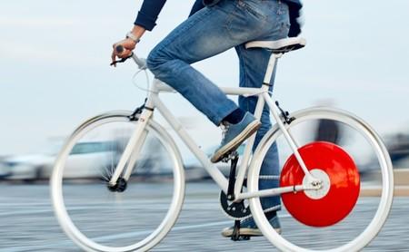 """Esta """"rueda"""" convierte en bicicleta eléctrica cualquier bici tradicional... siempre que estés dispuesto a pagar 2000 euros"""