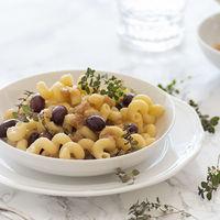 Receta de pasta con cebolla caramelizada, olivas negras y anchoas