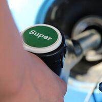En 2021 subirá la gasolina y bajará la luz: el Gobierno impulsa una reforma para repartir la 'factura' de las renovables