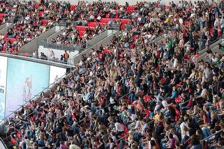 ¿Cómo funciona la Ola de las gradas de un estadio de fútbol?