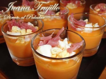Salmorejo de papaya con jamón y huevo