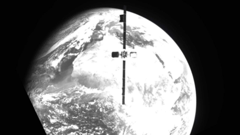 Consiguen por primera vez extender la vida de un satélite en su órbita geosíncrona acoplando otro satélite que haga de propulsor