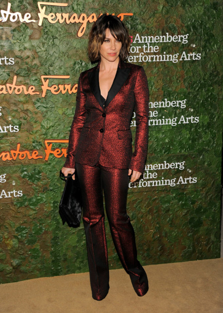 Evangeline Lilly con smoking femenino rojo brillos en la Gala inaugural del Centro de Artes escénicas Willis Anneberg