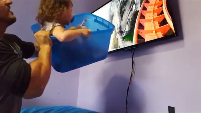 Como no puede llevar a su hija a Disneyworld decide montar una montaña rusa en el salón de su casa