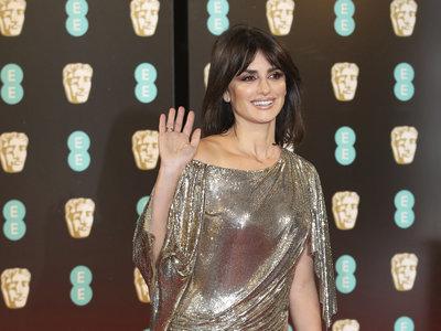 Penélope Cruz se atreve con la malla metalizada en este diseño tan ochentero para los BAFTA 2017