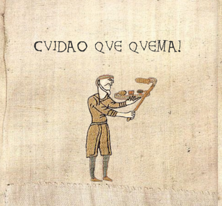 Señor de la Edad Media con un plato lleno de torrijas, sujeta una con unas muy modernas pinzas - Cuidao que quema!
