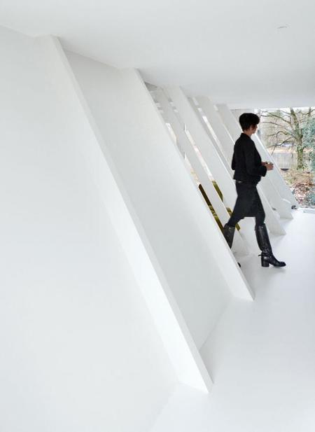 espectacular cabaña minimalista en blanco y negro
