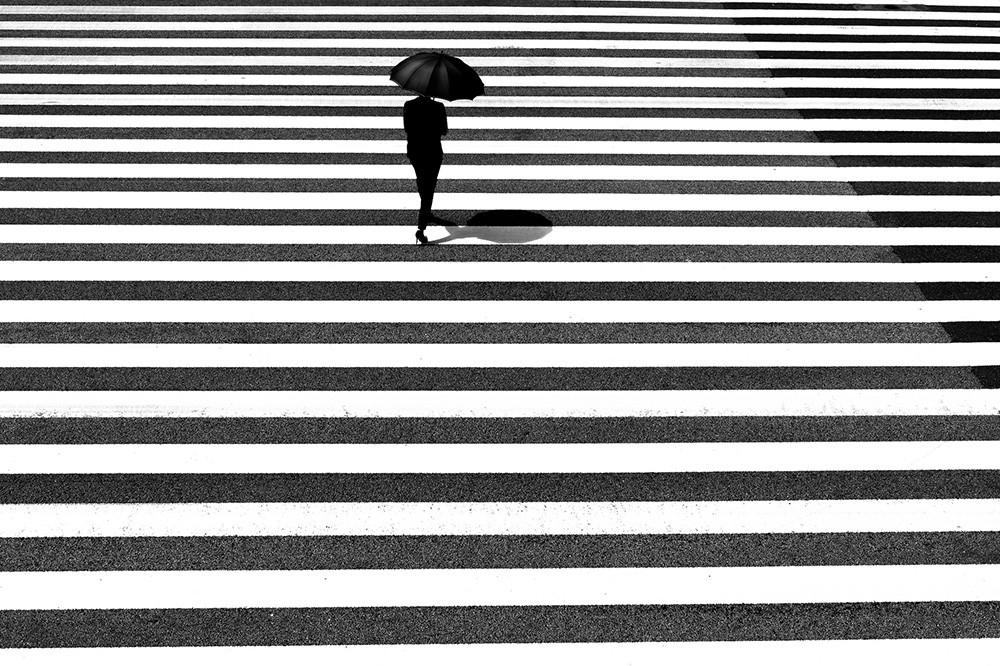 La coincidencia de luz, sombra y personas en las sugerentes fotografías de Junichi Hakoyama
