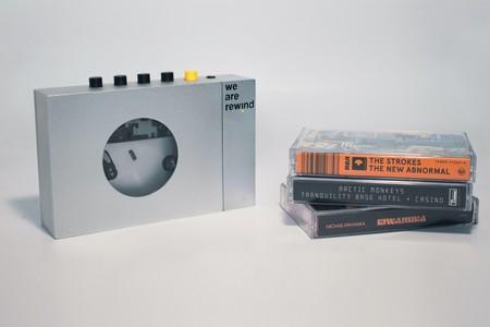 """Este """"walkman"""" no sólo reproduce cassettes, también graba en ellos, tiene Bluetooth y busca ser un oasis retro en pleno 2020"""