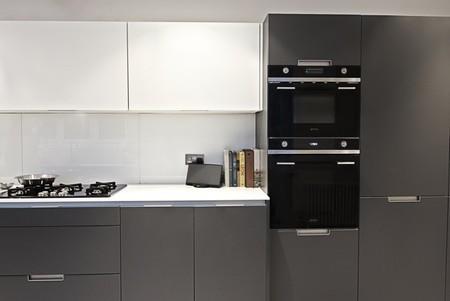Protagonismo del color negro en la cocina de una casa for Cocina equipada negro y gris