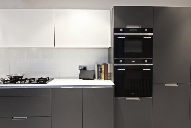 del color negro en la cocina de una casa tradicional inglesa