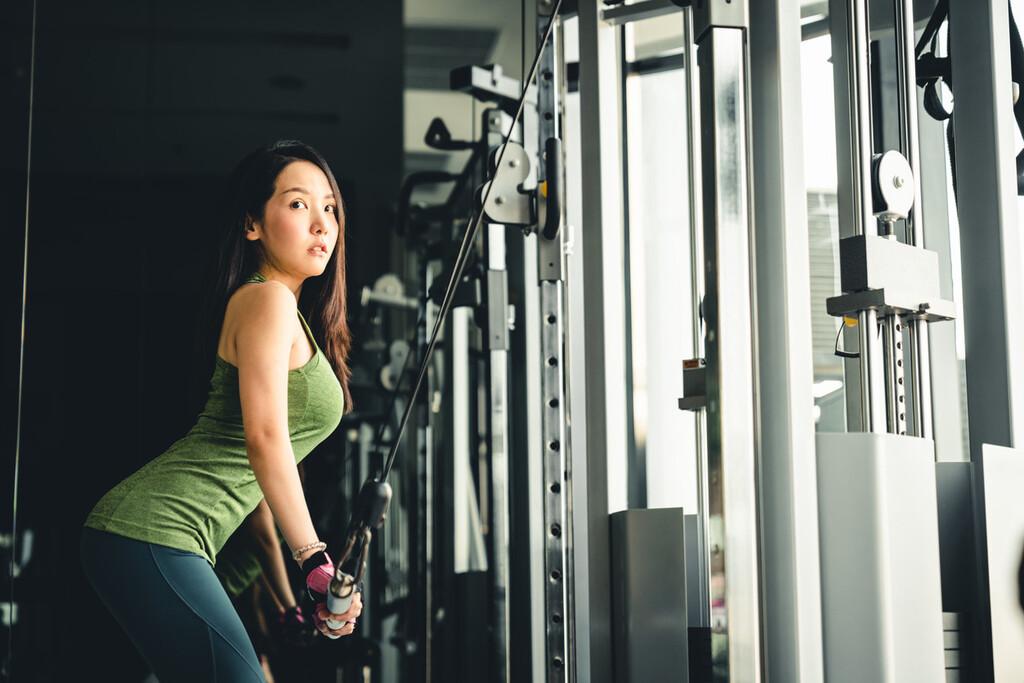 Cinco ejercicios de tríceps para trabajar y fortalecer tus brazos