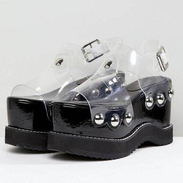 Transparente, con plataformas, un poco prohibitivo y a la venta en ASOS: hemos encontrado el «ugly shoe» definitivo de este verano