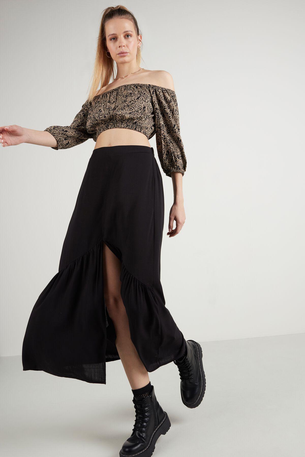 Falda negra con volante